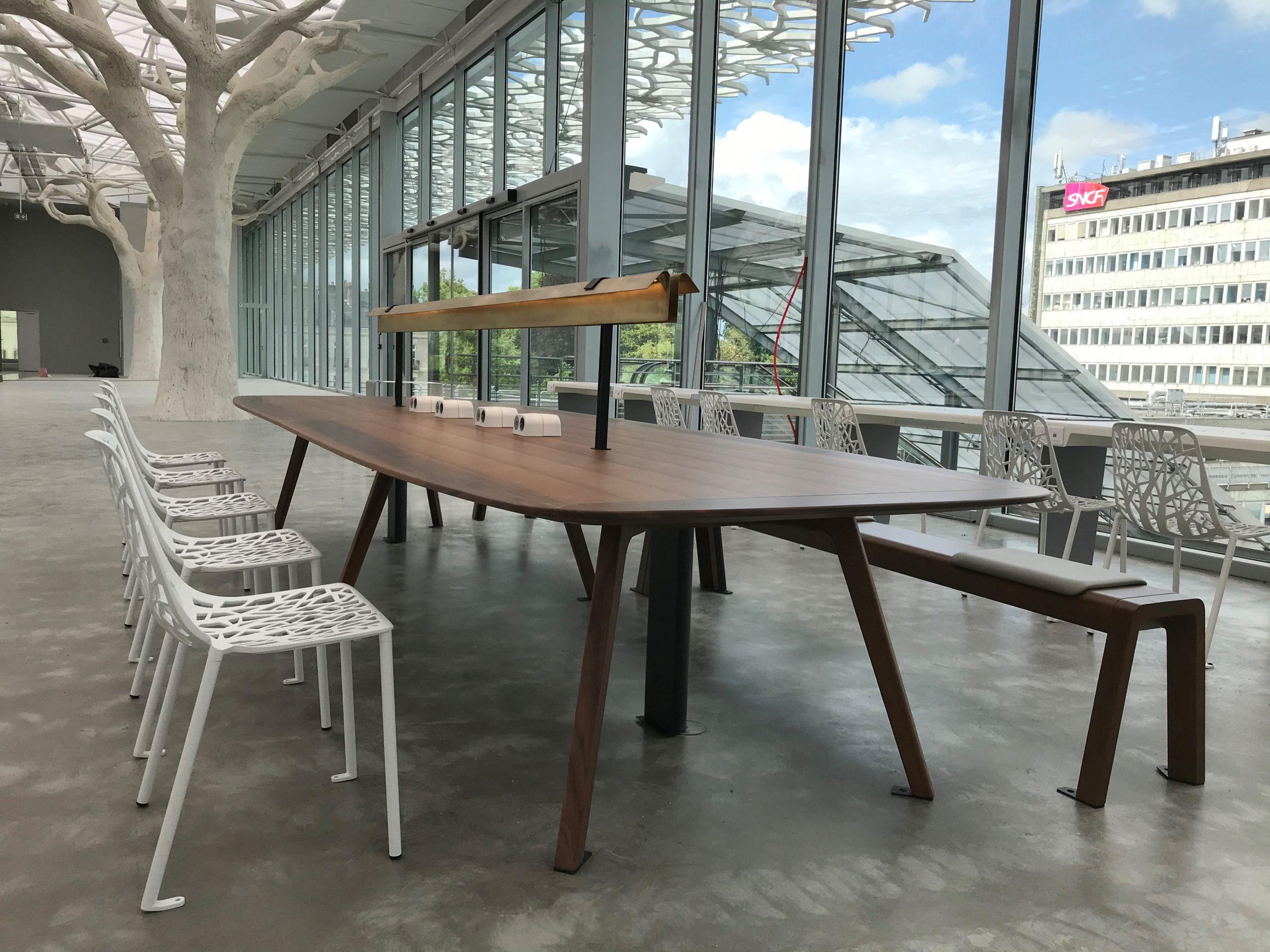 salon avec 2 arbres - gare sncf nantes passerelle - presta france - solutions agencement