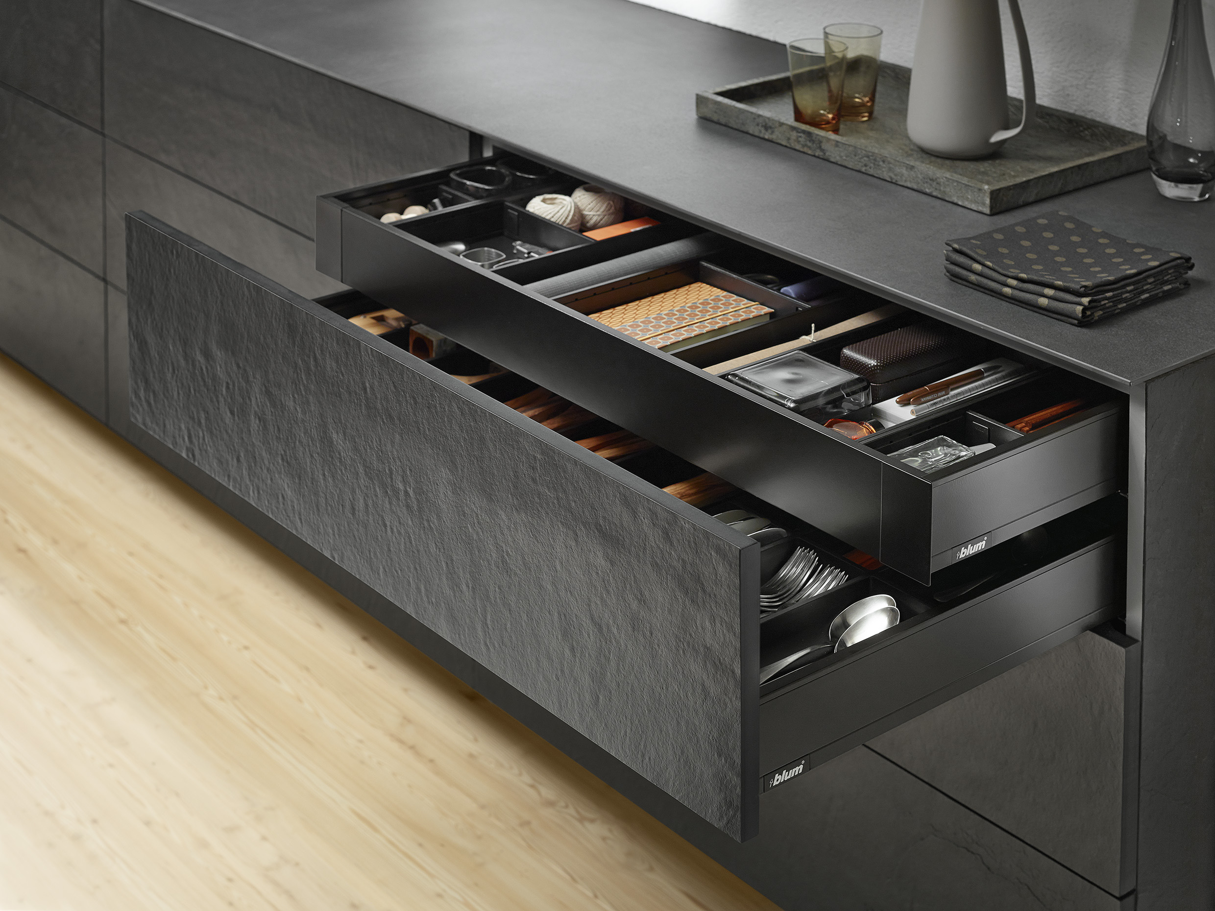 Tiroir Legrabox en Noir terra mat BLUM - tendances 2021 - BLUM - solutions agencement lbx0171_all_990633