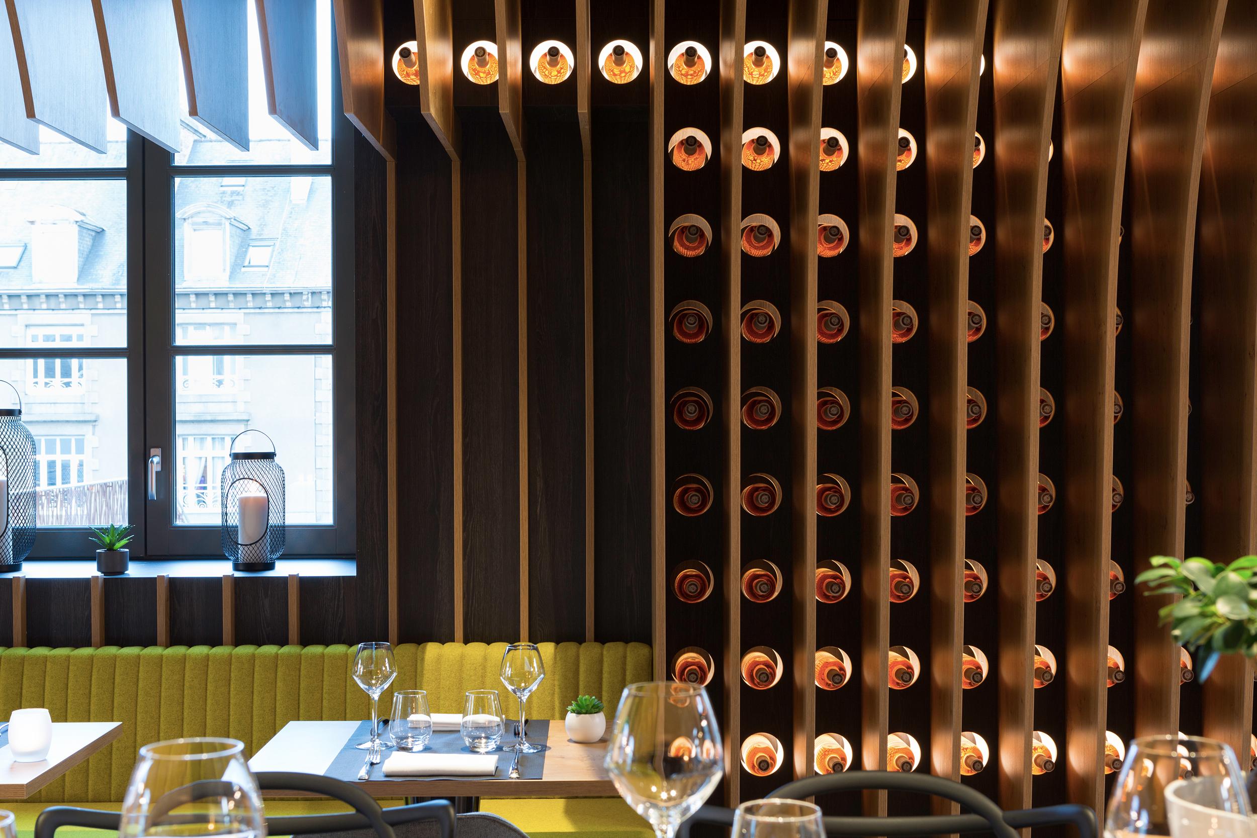 cave a vins novotel st brieuc bouteilles retro eclairees - solutions agencement