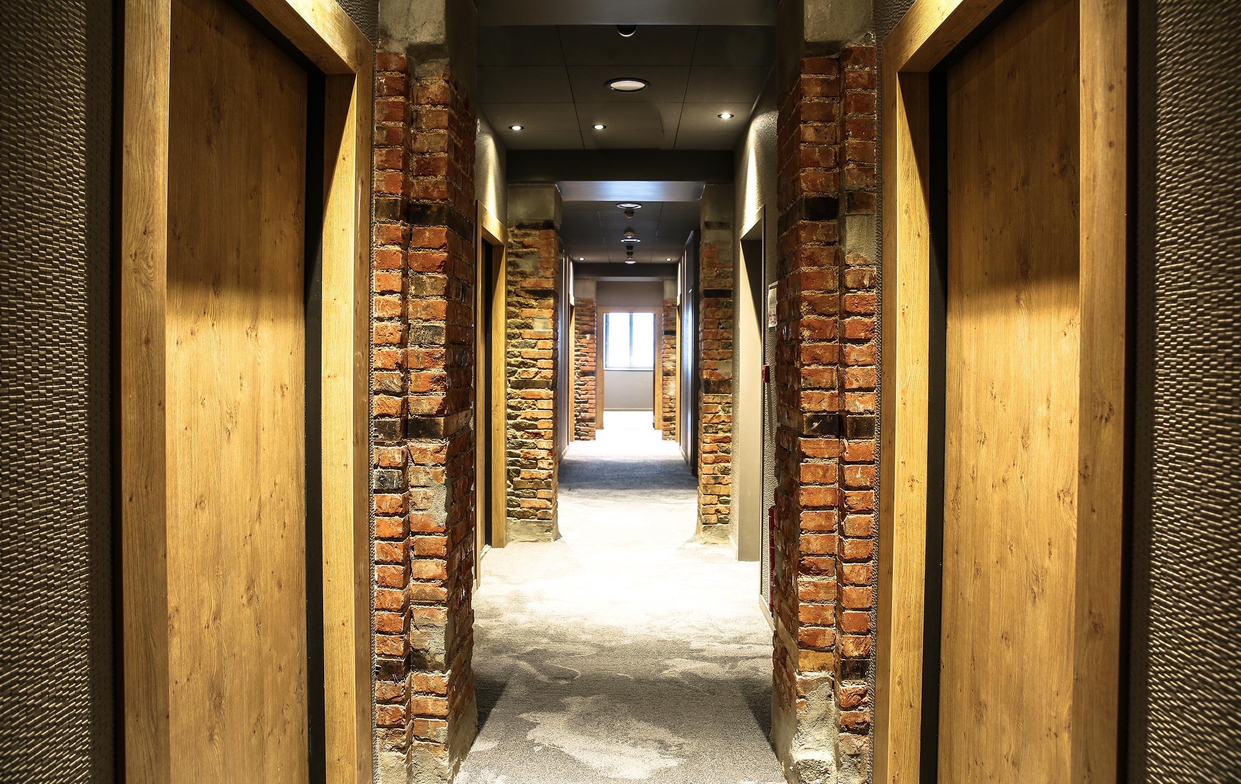 couloirs novotel st brieuc bouteilles- solutions agencement