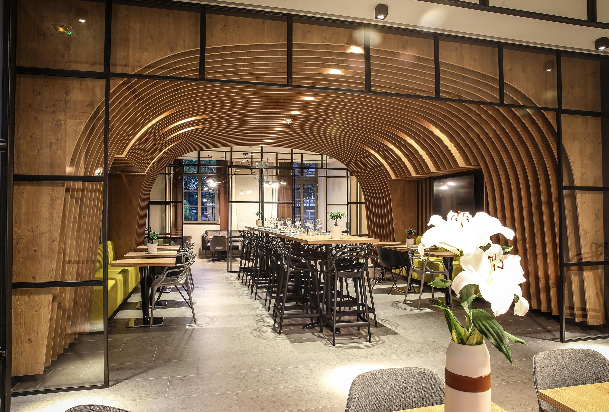 salle restaurant novotel st brieuc panneaux cintres - solutions agencement
