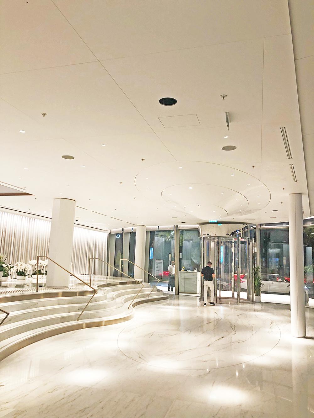 Ciel étoilé plafond hall accueil--- Corian Mariott Cannes - solutions agencement